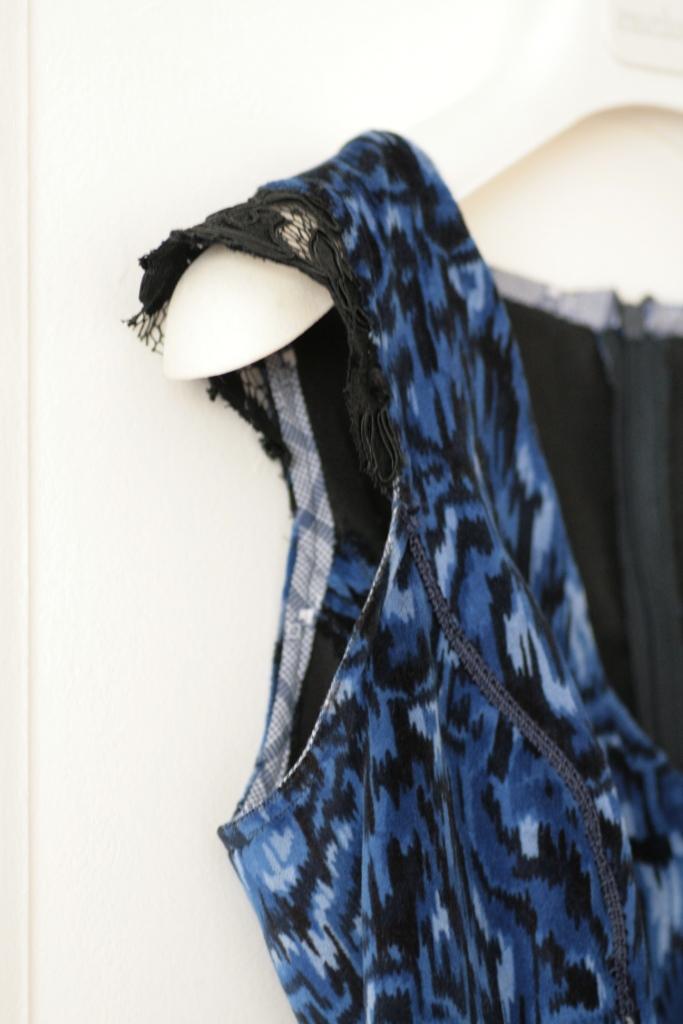 robe en velours chocolat et vieilles dentelles. Black Bedroom Furniture Sets. Home Design Ideas