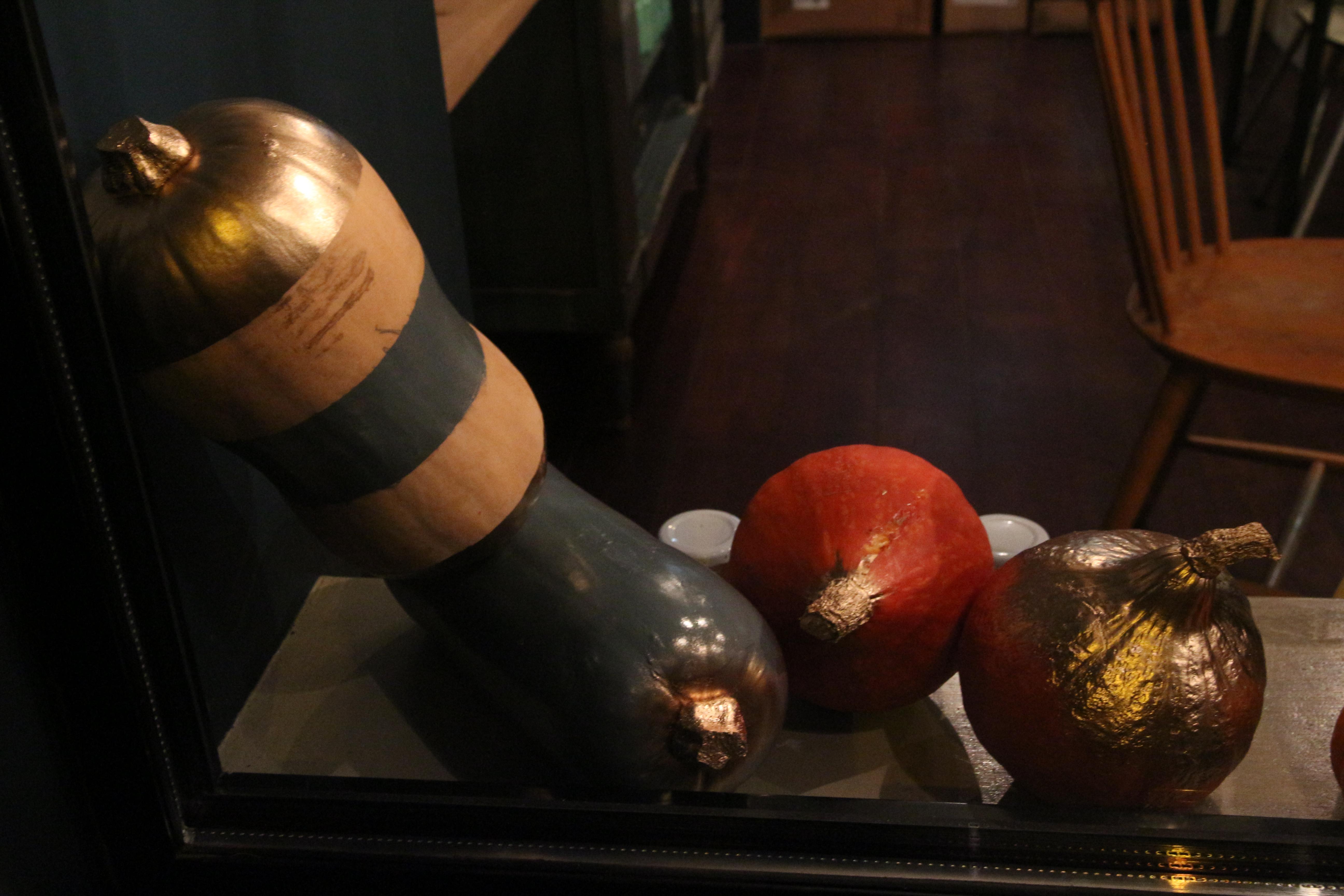vitrine d automne des pipelettes paris 14e chocolat et. Black Bedroom Furniture Sets. Home Design Ideas